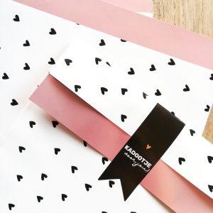 papieren zakje hartjes roze metallic 17x25cm
